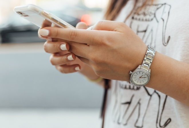 mobile_banking_woman_phone_hands